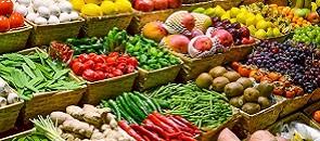 bancarella di generi alimentari del mercato cittadino